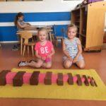 bruine trap en roze toren